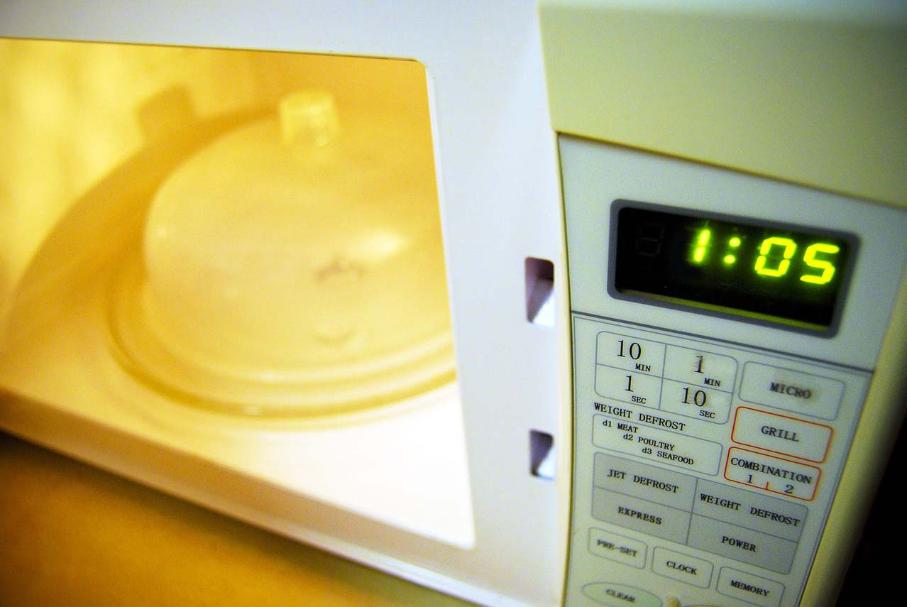 Un microondas con el contador digital. Ilustra esta publicación, que trata sobre cuánto tiempo calentar los saquitos de semillas en el microondas.